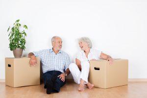 Glückliches Paar nach Immobilienkauf und Umzug