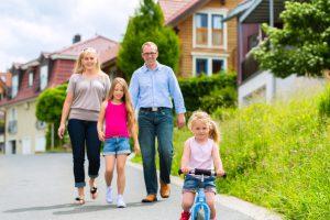 Eine glückliche Familie nach einem Hauskauf mit Immobilienkaufberatung