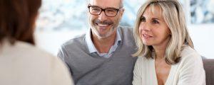 Glückliches Paar nach einem Immobilienkauf bei AKTIVA Immobilien im Breisgau