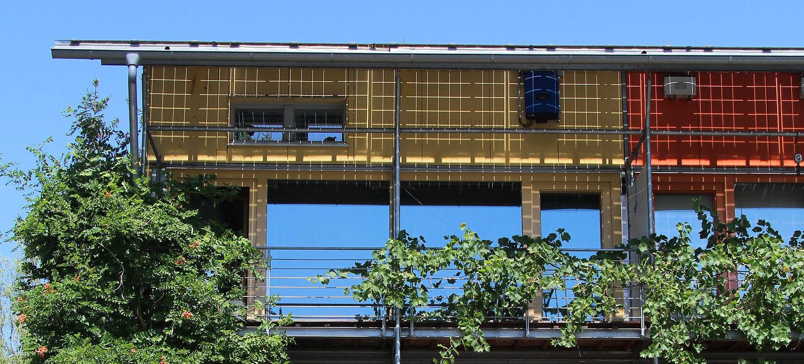 Innovatives Wohnen in der Solarsiedlung: Einfamilienhaus am Schlierberg mit Blick auf den Hildaturm